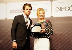 Cristina recebendo o prêmio pela Globalweb | Melhor empresa de Tecnologia do Brasil 2015